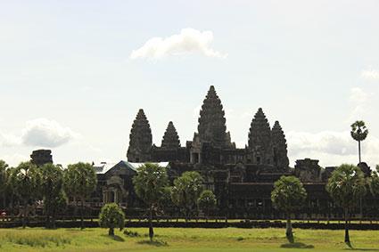 Vista de la entrada principal al recinto de Angkor Wat donde se aprecia el primer complejo en donde se alzan las tres torres principales, símbolo nacional (Camboya).