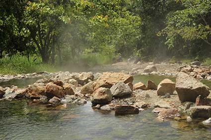 Aguas termales (Tha Pai Hot Springs) con varias piscinas a diferentes temperaturas. En la más caliente lo típico es cocer huevos (Tailandia)