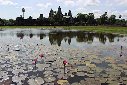 Vista de la entrada a Angkor Wat y su reflejo en el agua, Camboya.