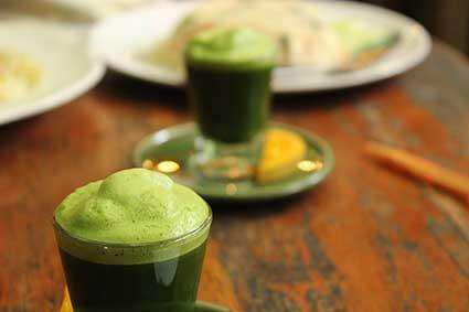 """Bebida hecha a base del triturado de hierba llamado localmente """"grass drink"""" y servido en una de las cafeterías biblioteca de Pai, al norte de Tailandia."""