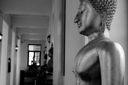 Estatua de Buda en uno de los pasillos del Loha Prasat, Bangkok.