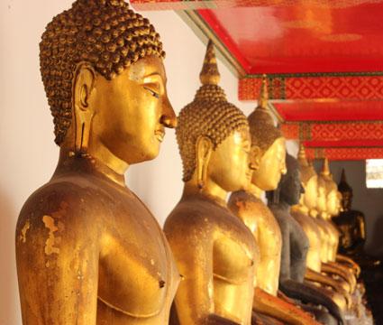 Estatuas de Budha en las inmediaciones de Wat Phra Kaew, Bangkok