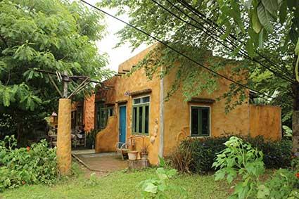 Nuestra cabaña hecha de ladrillos, al otro lado del río, en Pai (Tailandia).