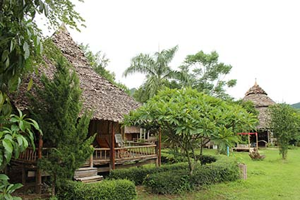 Las cabañas o lodges al otro lado del río en Pai, al norte de Tailandia