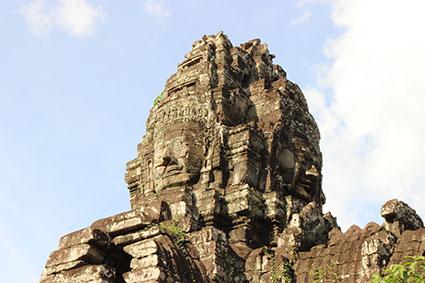 Una de las torres donde aparece la cara de Buda esculpida en los bloques de piedra del Bayón o Angkor Thom, en Angor Wat (Camboya).
