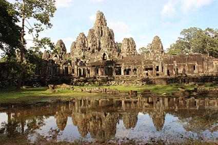 Templo del buda sonriente o Smiling Buda reflejado en una pequeña charca, en Angkor (Camboya).