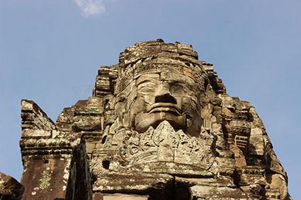 Detalle de una de las imponentes caras de Buda sonriente que existen en el templo de Angkot Thom, en Angkor Wat (Camboya).