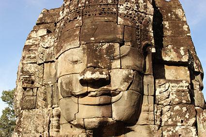 Detalla de la cara de el Buda sonriente, en el templo de Angkor Thom (Camboya).