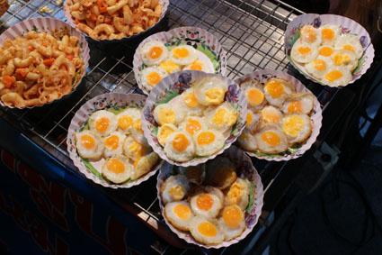 Un delicioso plato de huevs de codorniz hechos a la plancha en el Sunday Walking Street de Chiang Mai.