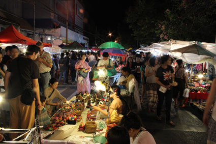 """Decenas de """"farangs"""" o extranjeros ojeando puestos callejeros en el Sunday Walking Street, en Chiang Mai."""