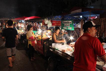 Algunos de los puestos callejeros de comida que inundan el Sunday Walking Street de Chiang Mai.