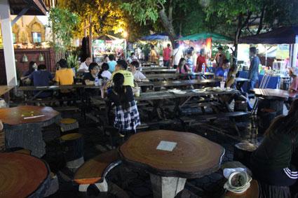 Los puestos del Sunday Walking Street inundan los templos cercanos como éste de Wat Pan Tao, en Chiang Mai