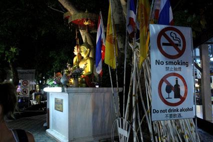 El templo de Wat Pan Tao se encuentra en plena extensión del Sunday Walking Street por eso los monjes colocan carteles alertando del mal comportamiento (Chiang Mai).