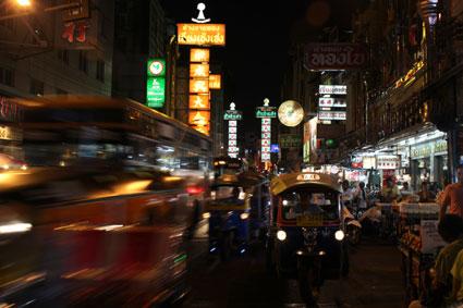 Un tuk-tuk en medio del caótico tráfico en China Town, Bangkok.