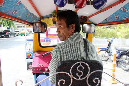 Conductor de Tuk-tuk de camino a el embarcadero a Saphan Taksin, Bangkok.