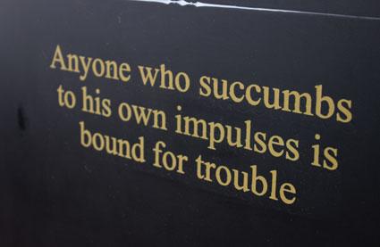 """""""Todo aquel que sucumba a sus propios impulsos está abocado a los problemas"""". Mensaje en el Loha Prasat, Bangkok."""