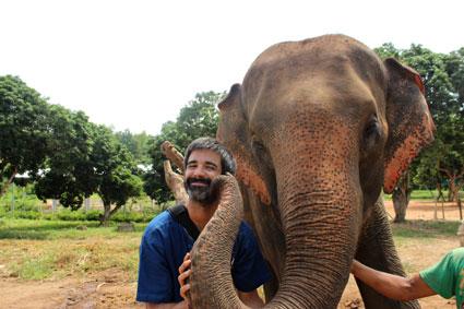 Un beso de elefante es una experiencia inolvidable, en Baan Chang (Chiang Mai).