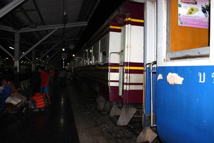 Un andén de la estación central de tren Hua Lamphong, en Bangkok (Tailandia)