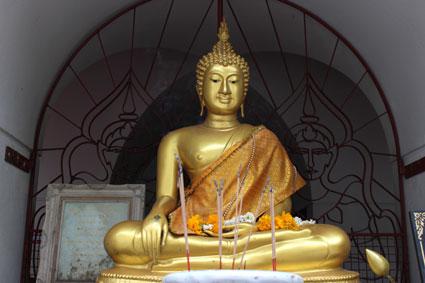 Estatua de Buda meditando en el Loha Prasat, Bangkok.