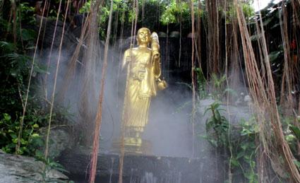 La vegetación y las cascadas artificiales emiten vapor de agua con el que los turistas se refrescan, en el Golden Mountain (Bangkok).