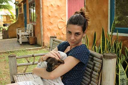 Esther abraza a la pequeña Pai después de un baño relajante en Pai, al norte de Tailandia.