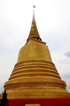 El gran Phrang que corona la terraza del Golden Mountain, en Bangkok.