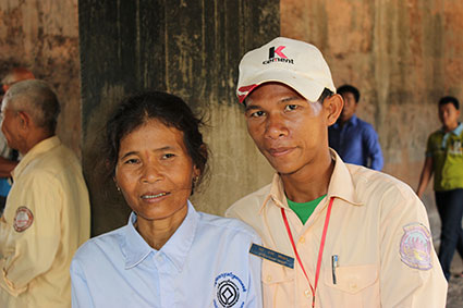 Vin, nuestro guía, y su madre, una de las encargadas de vigilar los buenos modales y la moral de los visitantes a los templos de Angkor (Camboya).