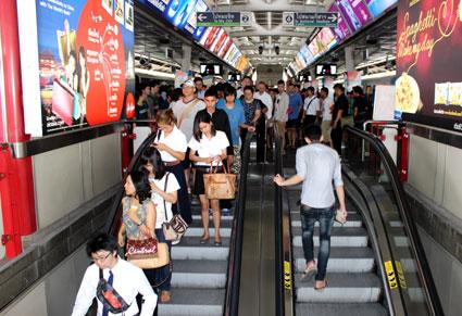 Hora punta en la parada del Skytrain de Siam, Bangkok (Tailandia)