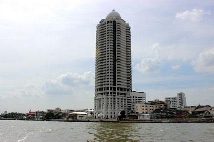 El rascacielos de un hotel visto abordo de una embarcación en el Chao Praya, Bangkok.