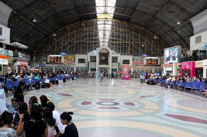 Hall de la estación central de trenes de Hua Lamphong en Bangkok (Tailandia)