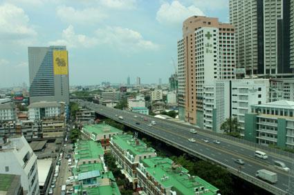 Vistas desde la habitación de hotel situado en la calle Silom, Bangkok (Tailandia)