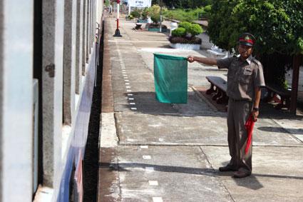 Jefe de estación de tren de una de las muchas poblaciones tailandesas por las que pasa el tren que va desde Bangkok a Chiang Mai.
