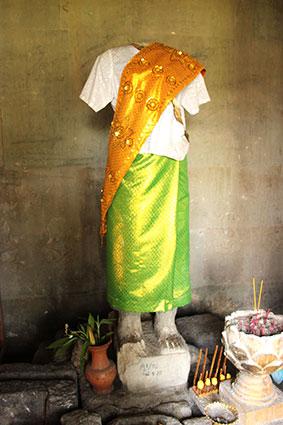 Estatua de Laksmi, la mujer de Vishnu totalmente vestida, en ANgkor Wat (Camboya).