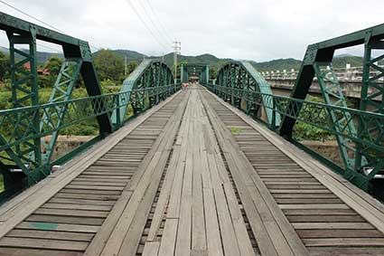 El Puente del Memorial (Memorial Bridge) fue construido por los soldados japonesesn durante la Segunda Guerra Mundial, se encuentra a 8Km de Pai, Tailandia.