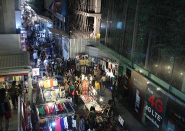 Mercado callejero situado en los aledaños de la estación del Skytrain