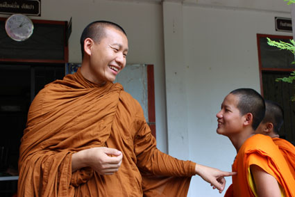 Pat señala cómplice a uno de sus estudiantes en la escuela del templo Wat Duang Di, en Chiang Mai (Tailandia).