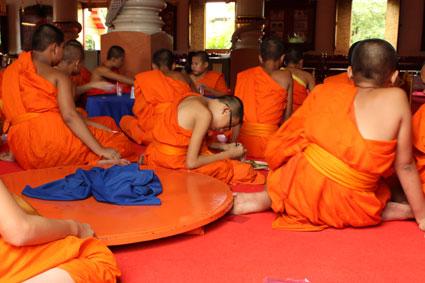 Un grupo de niños monjes comen en un templo en la ciudad de Chiang Mai, al norte de Tailandia.