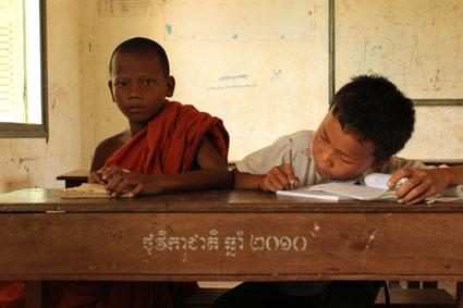 Dos compañeros (uno de ellos monje budista) de clase en la escuela de Kompheim Village, en Camboya.
