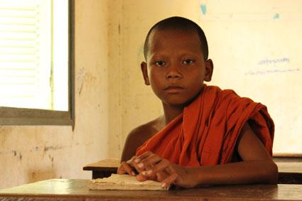 Un niño monje en una escuela de Kompheim Village, en Camboya.