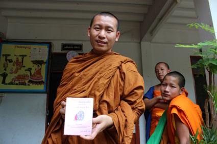 Pat muestra su libro de texto en la escuela del tempo Wat Duang Di, en Chiang Mai.