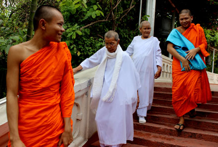 Un grupo de monjes budista bajan los escalones del Golden Mountain, en Bangkok