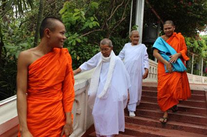 Varios monjes budistas bajan las escaleras del Golden Mountain, en Bangkok.