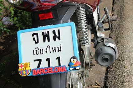 Detalle de la matrícula de una de las decenas de scooters con las que turistas y lugareños recorren las calles y los alrededores de Pai, al norte de Tailandia.