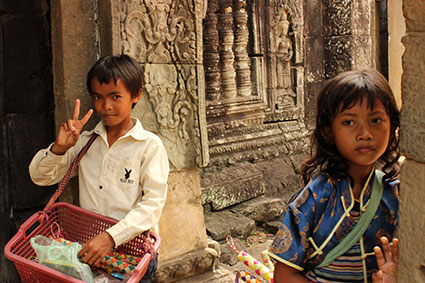 Dos niños venden de forma ambulante souvenirs entre los templos de Angkor Wat (Camboya).