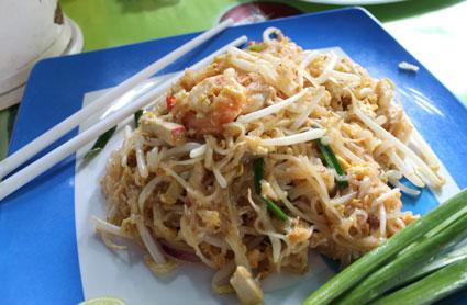 Plato de noodels con pollo, cerdo, brotes de soja y frutos del mar, en el mercado de Tha Chang (Bangkok).
