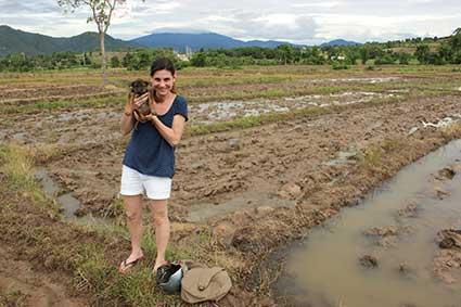 Esther y Pai de visita por los campos de arroz en los alrededores de Pai, al norte de Tailandia.