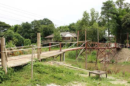 Puente que separa la villa de Pai de los cottages o cabañas donde nos alojamos, Tailandia.