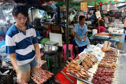 Puesto de brochetas de pollo y cerdo en el mercado de Tha Chang, Bangkok