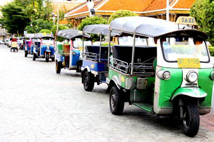 Varios tuk-tuks aparcados a las afueras del Loha Prasat, Bangkok.