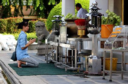 Rezo en el Wat Arun, templo de la aurora (Bangkok)